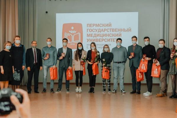 В Пермском медуниверситете скандал вокруг награждения медалями за борьбу с коронавирусом